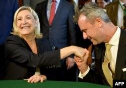 Истинный австрийский джентльмен: Норберт Хофер целует руку Марин Ле Пен