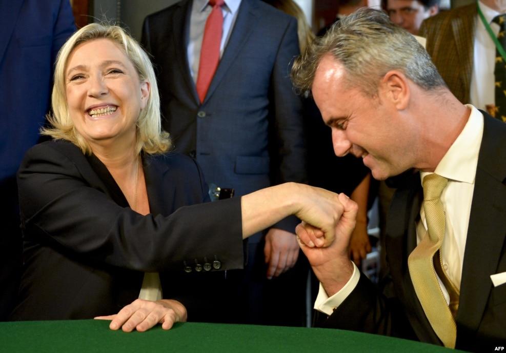 دو چهره سرشناس راست پوپولیست در اروپا؛نوبر هوفر از حزب آزادی اتریش (راست) در کنار ماری لوپن،رهبر حزب جبهه ملی فرانسه. هوفر در رقابت ریاست جمهوری اتریش با شکست مواجه شد. ماری لوپن خود را برای انتخابات ریاست جمهوری فرانسه آماده می کند. وی شانس زیادی برای رفتن به دور دوم انتخابات ریاست جمهوری دارد.