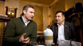 """Михаил Саакашвили (оң жақта) Украинаның оппозициялық """"УДАР"""" партиясының жетекшісі Виталий Кличкомен кездесіп отыр. Киев, 7 желтоқсан 2013 жыл."""