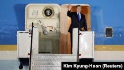 Президент США Дональд Трамп виходить з літака на авіабазі Пайя Лебар в Сінгапурі, 10 червня 2018 року
