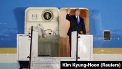 SINGAPORE--U.S. President Donald Trump waves upon his arrival at Paya Lebar Air Base in Singapore, before his summit with North Korean leader Kim Jong Un, June 10, 2018. REUTERS/Kim Kyung-Hoon