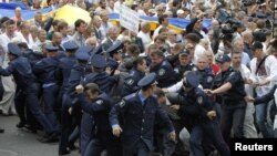 Оппозиционеры прорывают милицейское оцепление в Киеве