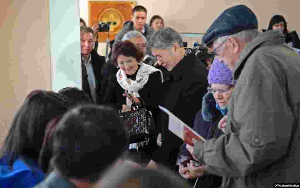 На избирательный участок глава государства Атамбаев пришел вместе с супругой и мэром Бишкека.