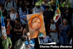 Protestuesit mbajnë një poster me portretin e aktivistes Greta Thunberg.