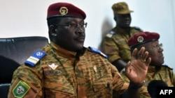 Подполковник Исаак Зида - переходный лидер Буркина-Фасо на пресс-конференции в Уагадугу 6 ноября, 2014 году