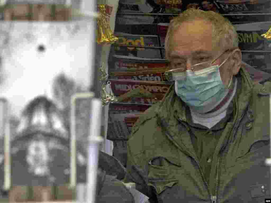Francuska - Strah još postoji - U Francuskoj je potvrdjeno nekoliko slučajeva virusa H1N1. To je razlog što neki parižani, u turističkoj zoni, preduzimaju osnovne mjere zaštite.