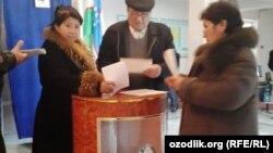 Парламент сайлауына дауыс беріп жатқан азаматтар. Өзбекстан, 21 желтоқсан 2014 жыл.