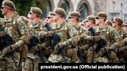 Українські вояки під час військового параду в День Незалежності України. Київ, 24 серпня 2017 року