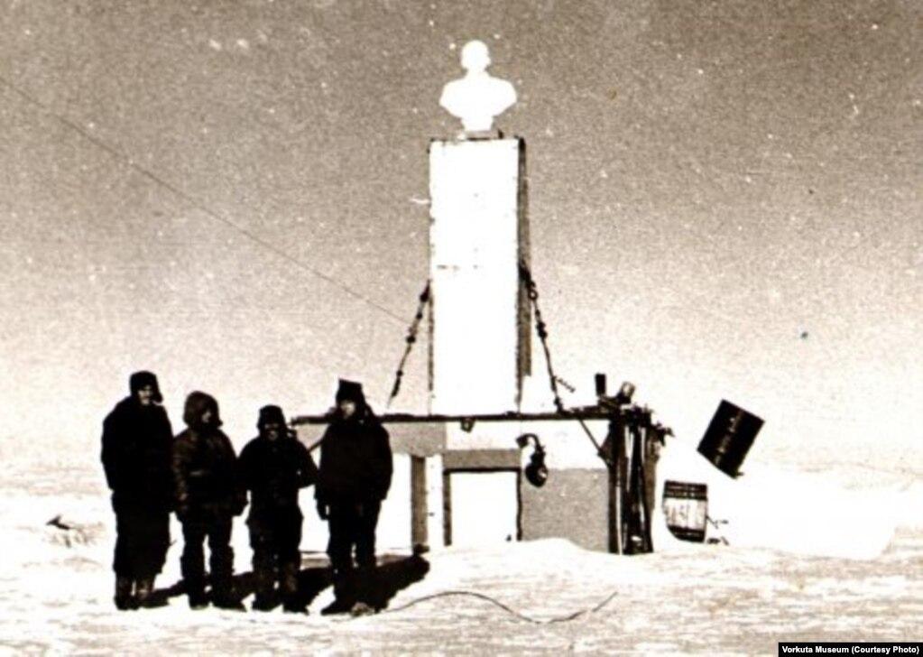 Радянські дослідники, які прибули 14 грудня 1959 року на «Полюс недосяжності», створили тут тимчасову станцію. Під час урочистої церемонії відкриття станції, на її даху полярники встановили бюст Леніна. Він звернений обличчям у бік Москви
