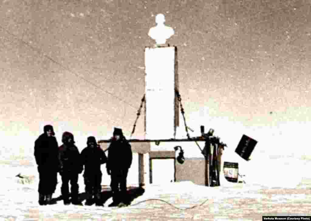 After their arrival at the Pole of Inaccessibility on December 14, 1959, the Soviets set up a temporary research station. The bust of Lenin was placed to face in the direction of Moscow.