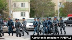 """""""Полицейлер соты"""" өтіп жатқан ауданды бақылап жүрген ішкі әскерлер. Ақтау, 4 мамыр 2012 жыл."""
