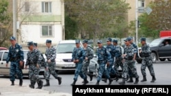 Полицейлер соты өтіп жатқан ауданды бақылап жүрген әскерлер. Ақтау, 4 мамыр 2012 жыл.
