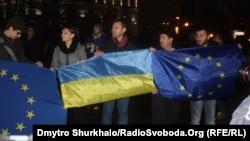 Центр Киева. Стихийный митинг как реакция на решение правительства Азарова приостановить евроинтеграцию. 21 ноября 2013 года