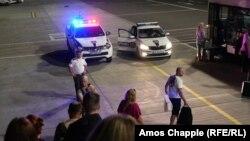 თბილისის აეროპორტში პოლიცია აკვირდება მგზავრების ჩამოსვლას თვითმფრინავიდან.