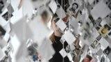 Bijela traka i fotografije žrtava ratnih zločina u BiH