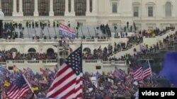 Сторонники Трампа на ступеньках Конгресса