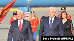 Вице-президент США Майк Пенс (слева) с премьер-министром Черногории Душко Марковичем. Подгорица, 1 августа 2017 года.