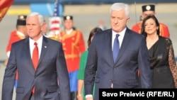 АҚШ вице-президенті Майк Пенс (сол жақта) пен Черногория премьер-министрі Душко Маркович. Подгорица, 1 тамыз 2017 жыл.