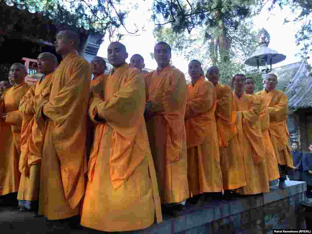 Многие монахи - китайцы.