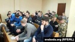 У судзе Маскоўскага раёну. На першых лавах залі — 20 абвінавачаных у арганізацыі дамоўных гульняў і махлярстве
