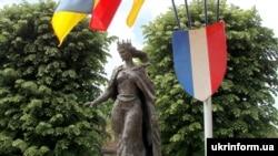 Памятник королеве Франции Анне Ярославне в Санлисе, Франция, архивное фото