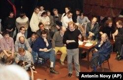 Вацлав Гавел під час першої офіційно дозволеної публічної зустрічі опозиції у празькому театрі 21 листопада 1989 року
