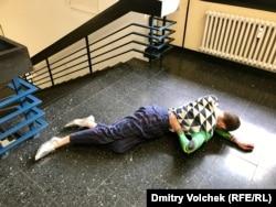 Микки Мэхар на лестнице кассельского главпочтамта