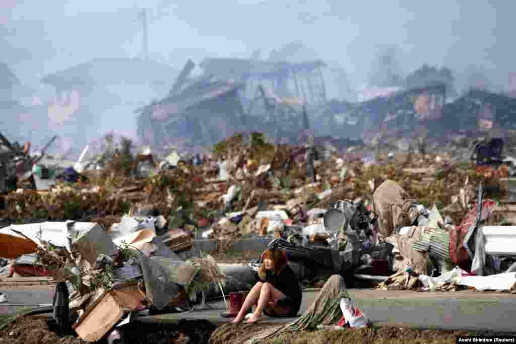 Почти сразу после разрушения блоков власти начали эвакуировать жителей в радиусе до 20 км от АЭС. Переселили, по разным оценкам, от 180 до 320 тысяч человек