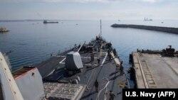 """Эсминец военно-морского флота США """"Дональд Кук"""" направляется в Сирию из порта Ларнаки, 11 апреля 2018 года"""