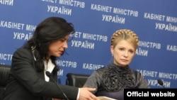Во имя борьбы с Юлией Тимошенко (справа) украинским политикам не жаль упустить 12 миллиардов долларов от МВФ (представитель миссии фонда в Киеве Джейла Пазарбазиоглу — слева)