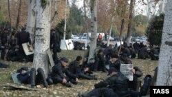 Отряд киргизского ОМОНа отдыхает после столкновений с манифестантами во вторник днем