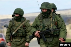 «Зелені чоловічки» поблизу Сімферополя. Крим, березень 2014 року