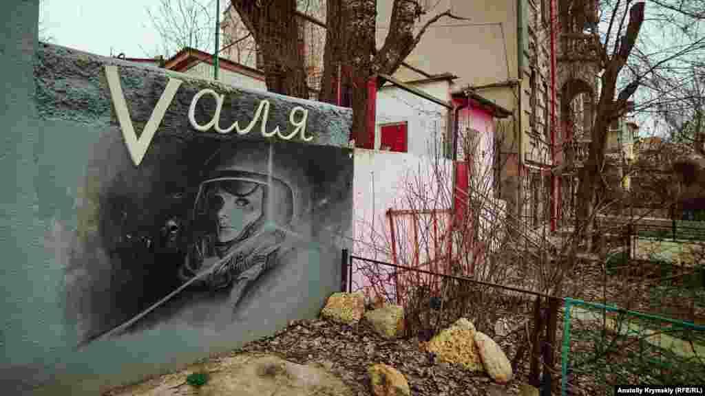 Судячи з усього, графіті «Vаля» присвячене першій радянській жінці-космонавту Валентині Терешковій, ім'я якої має найдовша набережна міста-курорту