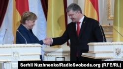 Канцлер Германии Ангела Меркель и президент Украины Петр Порошенко во время встречи в Мариинском дворце. Киев, 1 ноября 2018 года