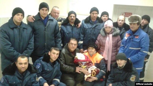 O femeie care a născut acasă a fost escortată prin nămeţi de 13 salvatori, care au dus mama şi copilul în siguranţă la spitalul din Floreşti (Foto: dse.md)