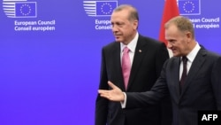 ЕИ Кенгаши Президенти Дональд Туск душанба куни Туркия Президенти Ражаб Тоййиб Эрдўғон билан қочқинлар масаласини муҳокама қилди.