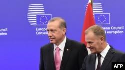 Түркия президенті Режеп Тайып Ердоған (сол жақта) мен Еуропа кеңесінің президенті Дональд Туск. Брюссель, 15 қазан 2015 жыл.