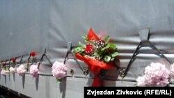 Cvijeće na kamionu sa žrtvama genocida u Srebrenici, 9. jul 2011.