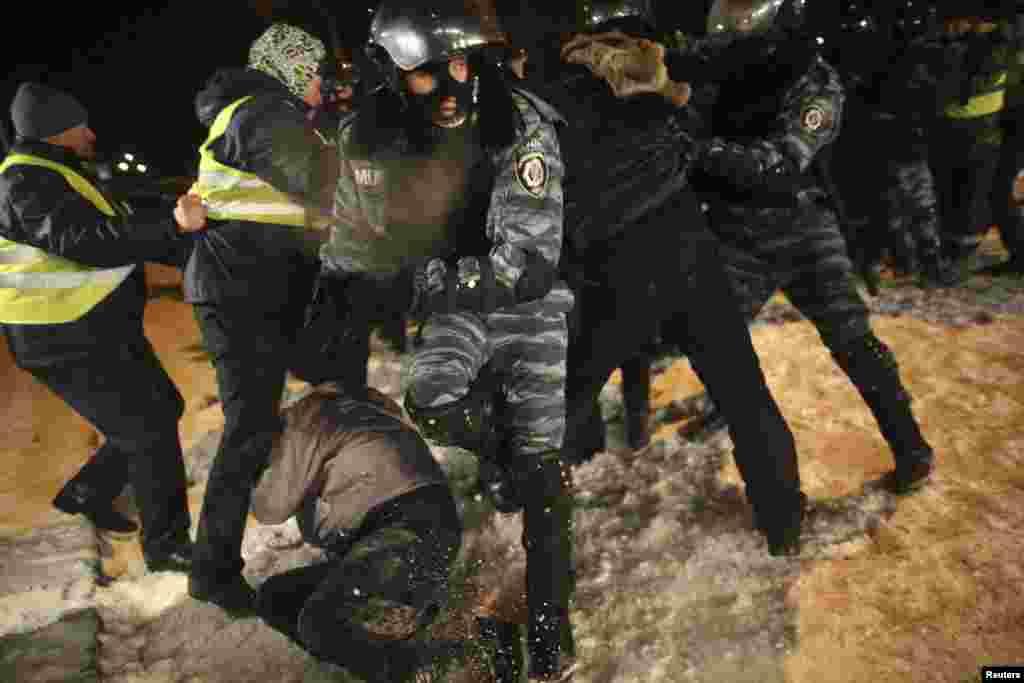 Спецподразделения МВД Украины штурмуют баррикады оппозиции