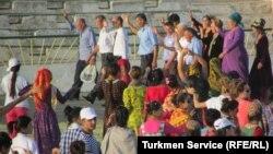 """Türkmenabadyň """"Zähmet"""" stadionynda köpçülikleýin taýýarlyk çärelerine gatnaşdyrylýan býujet işgärleri we studentler. Arhiwden alnan surat"""