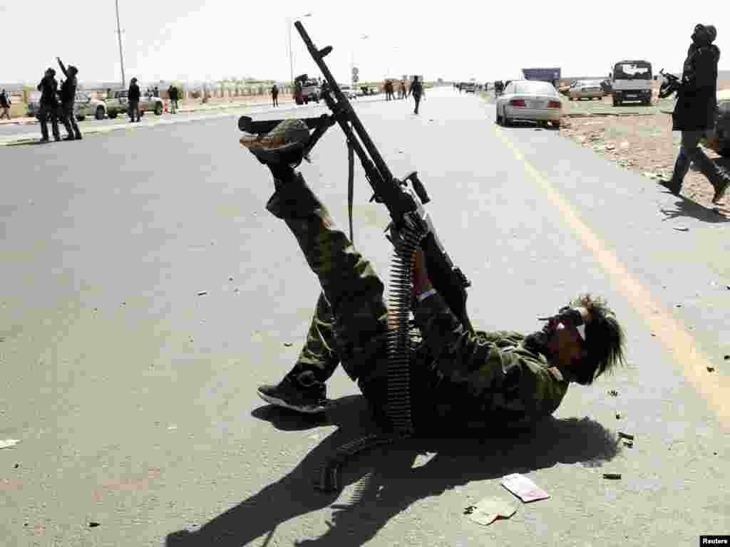 یکی از مخالفان مسلح معمر قذافی- رأس لانوف، ۱۶ اسفندماه ۱۳۸۹