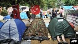 Демонстранти влаштували в парку Таксім-Ґезі наметовий табір, який поліція потім ліквідувала силою, фото 14 червня 2013 року