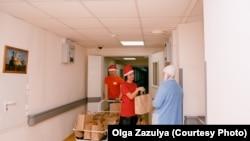 Волонтеры благотворительного фонда AdVita дарят подарки на Новый год онкобольным. Фото: Ольга Зазуля