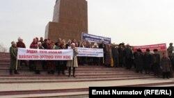 Камактагы депутаттарды бошотууну талап кылган митинг. Ош, 5-март, 2013.
