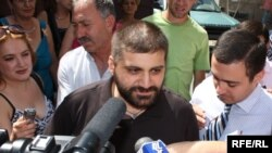 Armenia - Arman Babajanian, editor of the pro-opposition Zhamanak daily talks to journalists after being released from prison, 04Aug2009