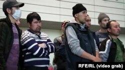 کارگران مهاجر تاجیکی که به دلیل وضع محدویتهای پرواز قادر به سفر به خانههای شان نبودند