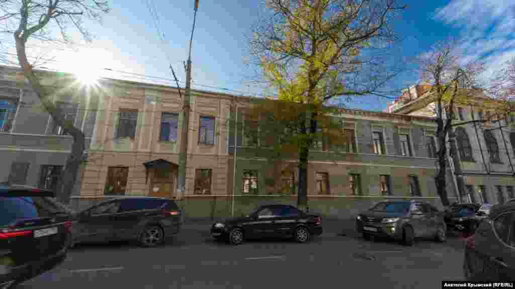 Городская гимназия №1 на той же, что и кирха, улице Карла Маркса. В бытность Мильгаузена – губернская казенная гимназия. Как попечитель гимназии, врач подарил ей 570 томов книг, атласы, приборы для физического кабинета