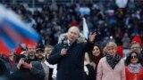 Orsýetiň prezidenti Wladimir Putin ýygnanyşykda söz sözleýär.