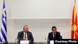 Архивска фотографија: Министрите за надворешни работи на Грција и на Македонија, Никос Коѕиас и Никола Димитров