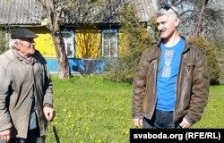 Андрэй Кешанюк (справа) у вёсцы Матушова